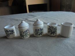 Petite Série De 5 Pots Miniature En Porcelaine Pour Maison De Poupée - Other Collections