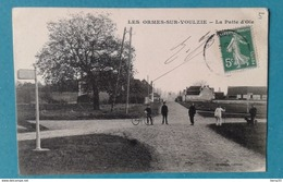 CPA - LES ORMES-SUR-VOULZIE -  La Patte D'Oie (animée) - France