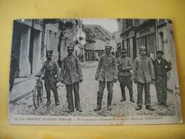 L13 292 CPA 1918 - LA GRANDE GUERRE 1914-18. PRISONNIERS ALLEMANDS DANS LES RUES DE SOISSONS - ANIMATION - Guerre 1914-18