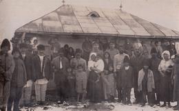 CARTE PHOTO ALLEMANDE - GUERRE 14-18 - ROUMANIE - HABITANTS  ET SOLDATS ALLEMANDS - Guerre 1914-18