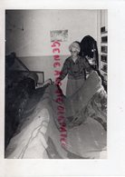 23- AUBUSSON- MME BRANLE MAITRE LISSIER DES ETS BRAQUENIE DECOUVRANT TOUS LES MATINS DU MONDE-TAPISSERIE- - Profesiones