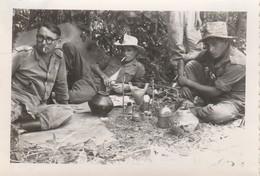 Photo Militaire : Vietnam : Tra Vinh : La Pause Et La Soif à L'hombre : Opération En Cours : 1948 : ( 6cm X 9cm ) - War, Military