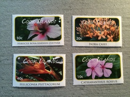 4 Timbres Fleurs Du Cook Islands, Hibiscus Rose, Ixora Casei, Heliconia, Catharanthus - Végétaux