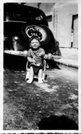 Photo D'un Petit Garcon Sur Sont Pot Derrière Une Ancienne Voiture ( Une Traction Avant ) - Automobiles
