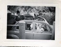 Photo D'une Famille Dans Une Voiture Avec Un Militaire Francais Qui Sort Par Le Toit Ouvrant - Cars
