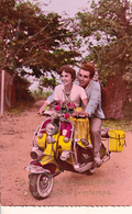 CPSM Avec Paillettes Couple Sur Un Scooter VESPA 2 Roues Motocyclette Locomotion (2 Scans) - Motorfietsen