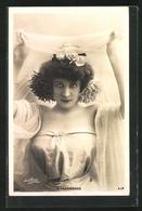 Foto-AK Paul Boyer: Schauspielerin M. Thermonde In Schulterfreiem Kleid Mit Schleier - Illustratoren & Fotografen