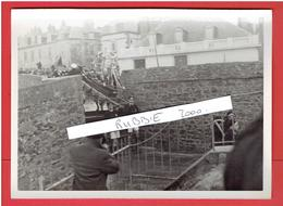 SAINT MALO FEVRIER 1936 BATEAU DES MARINS SUR LES REMPARTS POUR LA BENEDICTION DES BATEAUX PARTANT POUR TERRE NEUVE - Lieux