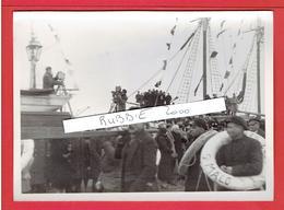 SAINT MALO FEVRIER 1936 BATEAU DES MARINS ET CAMERAS FILMANT LA BENEDICTION DES BATEAUX PARTANT POUR TERRE NEUVE - Lieux