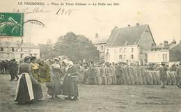 LE NEUBOURG - Place Du Vieux Chateau,la Halle Aux Blés (carte Vendue En L'état) - Le Neubourg