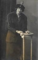 CPA Carte PHOTO Une Femme Avec Un Chapeau à Plumet Une étole De Vison - Photographe Hans KLAUSAL à METZ - Cartes Postales