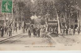 C.P.A. -  VENCE - AVENUE DE LA GARE ET PLACE NATIONALE - SERVELLE - ANIMÉE - FIVE O CLOCK TEA -  CAFÉ - Vence