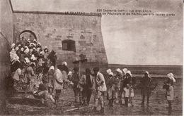 17 ILE D' OLERON -- LE CHATEAU -- Groupe De Pêcheurs Et De Pêcheuses à La Fausse Porte -- CPA En TBE - Ile D'Oléron