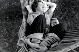 Photo Originale Sieste Et Farniente Pour Une Femme épuisée Sur Un Hamac Vers 1950 - Dodo - Dormir - - Personnes Anonymes