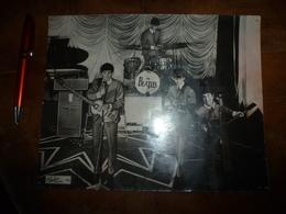 THE BEATLES   Année 1963 - Photographie -dimension : 25 Cm X 20 Cm  (inscription Valex Blackpool  193 ) - Berühmtheiten