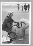Photo Nature Fillette Quittant Son Maillot De Bain Avec Sa Mère Photo Originale - Personnes Anonymes