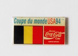 Pin's COCA COLA Coupe Du Monde Football USA 94 Drapeau - Coca-Cola