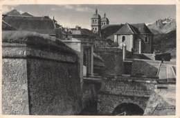 05 - BRIANCON - La Porte De Pignerolles Et La Cathédrale - Briancon