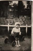 CARTE PHOTO ENFANT AVEC JOUET VOITURE A PEDALES  1920 ???? - Speelgoed & Spelen