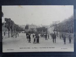 MERY SUR OISE : LA PLACE - UNE PARTIE DE FOOT-BALL - Mery Sur Oise