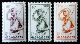 1946 MADAGASCAR Yt 301,302,303 .Dancer Du Sud . Neufs Traces Charnières - Madagascar (1889-1960)