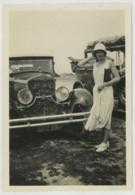 Jeune Femme Au Chapeau Devant Une Automobile Delage . Mode Des Années Folles . - Automobiles