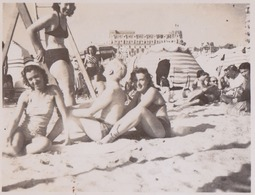 Photographie Anonyme Vintage Snapshot Groupe Plage Sable Maillot Sexy Bikini - Places