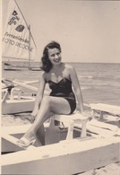 Photographie Anonyme Vintage Snapshot Femme Sexy Maillot Bikini Jambes Pinup - Anonymous Persons