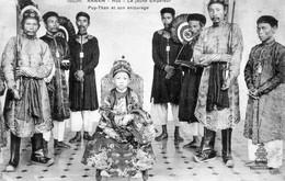 CPA De ANNAM - Hué - Le Jeune Empereur Puy-than Et Son Entourage. Edition Dieulefils. N° 100 Bis. TB état. - Viêt-Nam