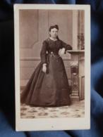 CDV Photo J. Renaud à Clermont Ferrand - Bourgeoisie, Noblesse Second Empire Femme En Pied, Circa 1865 L436A - Photos