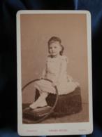CDV Photo Chambay à Paris - Jolie Fillette, Petit Sourire, Posant Avec Un Cerceau, Circa 1885 L436A - Anciennes (Av. 1900)