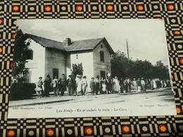 CPA ALGERIE--RARE--LES ATTAFS - En Attendant Le Train - La Gare , Animée - Edit Dominguez - Algérie