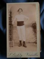Photo CDV  Liechty à Versailles  Homme En Tenue De Sport Avec Un Grand Bérêt  CA 1895 - L432A - Photos