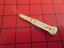 1215c Pin's Pins / Beau Et Rare : THEME ESPACE / FUSEE ROUGE ET BLANCHE Mais Pas Celle De Tintin ! - Espace