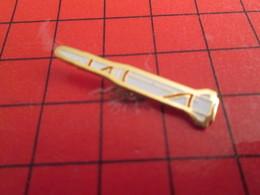 1418c Pin's Pins / Beau Et Rare : THEME ESPACE / FUSEE ROUGE ET BLANCHE Mais Pas Celle De Tintin - Espace