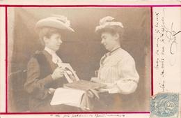 ¤¤  -  MARANS   -  Carte-Photo De Deux Femmes Regardant Des Photos En 1905  -  Voir Texte Au Dos   -  ¤¤ - France