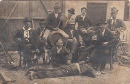 MÄNNERRUNDE BEIM ANSCHLAGEN EINES BIERFASSES, Fotokarte Um 1930, Rückseite Fleckig - Feiern & Feste