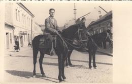 Zwei MÄNNER Auf PFERDE In Einer Ortschaft (Kanja Na Adjudanta Na Bulgorska Wviska), Fotokarte - Fotografie