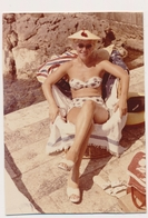 REAL PHOTO Ancienne Bikini Hat Woman Sit On Beach Chair  Femme Maillot De Bain Sur Plage - Old Snapshot Orig Photograph - Photographs