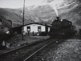 Rare!  Belle Photo Ancienne Pérou Galera Années 1950 Train Culture Gare Locomotive Tampon Photographe - Gares - Avec Trains