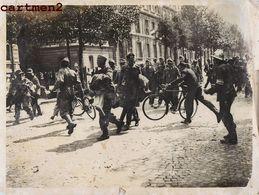 LIBERATION DE PARIS GRANDE PHOTOGRAPHIE MEURISSE GUERRE 40 SOLDATS ALLEMANDS PRISONNIERS KRIEG - Krieg, Militär