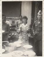 Photo. Militaire : L'ile De Beutré - Vietnam : Au Repas, Femme Et Hommes Militaire : 1947 ( Format 6cm X 4,5cm ) - Guerre, Militaire