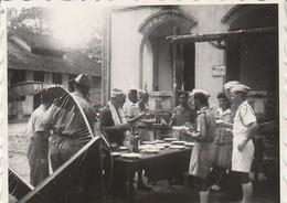 Photo. Militaire : L'ile De Beutré - Vietnam : Au Repas, Femme Et Homme Militaire - S.c.p.c: 1947 ( Format 6cm X 4,5cm ) - Guerra, Militari
