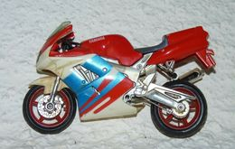 MAISTO MOTO 1/18 YAMAHA FZR600R Be Mais Manque La Bequille - Motorcycles