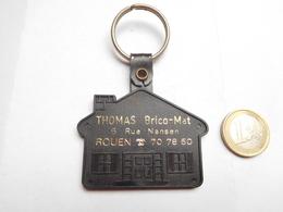 Beau Porte Clés , Brico Mat Thomas à Rouen , Seine Maritime , En Plastique Noir - Porte-clefs