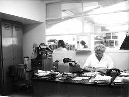 Photo Années 60 - Intérieur Du Bureau Hillman Avec Secrétaires (automobile-car Hillman) - Cars