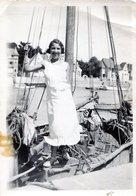 Photo D'une Femme Femme Souriante Posant Sur Un Vieux Bateau De Pêche A Voile Dans Un Petit Port - Bateaux
