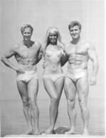PHOTO DEUX HOMMES TORSE NU EN MAILLOT DE BAIN CULTURISTE CULTURISME  ET UNE FEMME 17 X 22 CM - Sports