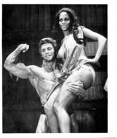 PHOTO  HOMME TORSE NU EN MAILLOT DE BAIN CULTURISTE CULTURISME  ET UNE FEMME  23 X 20 CM - Sports