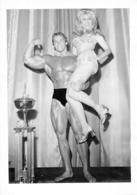 PHOTO  HOMME TORSE NU EN MAILLOT DE BAIN CULTURISTE CULTURISME    PHOTO CARUSO 24 X 17.5 CM - Sports